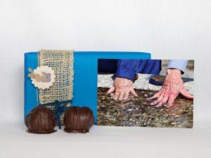 manfla-grusskarta-haende-geschenk