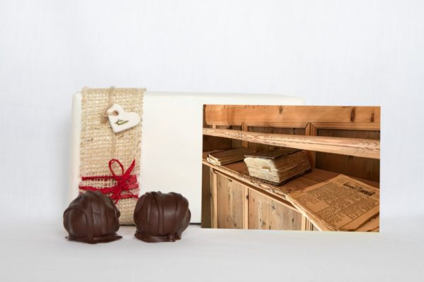 manfla-grusskarte-bücherregal schräg-geschenk
